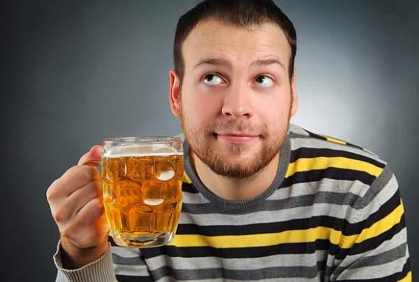 covjek pije pivu