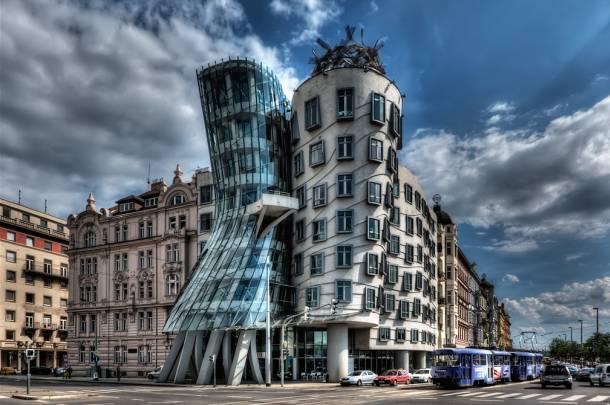 Plešuća kuća, Prag