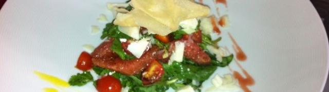 Salata od rikule sa grejpom,mariniranim inćunima i ….