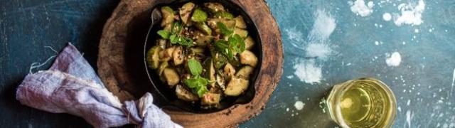 Tikvice s mentom ljetna je salata koja sjajno osvježava