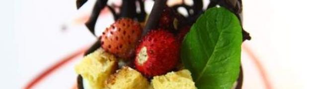 Čokoladni mousse sa šumskim voćem flambiranim s rumom