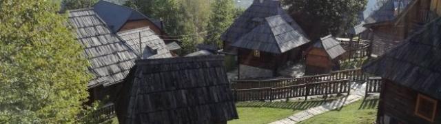 U šetnji Küstendorfom Kustiričinim etno selom kojeg voli i Johnny Deep