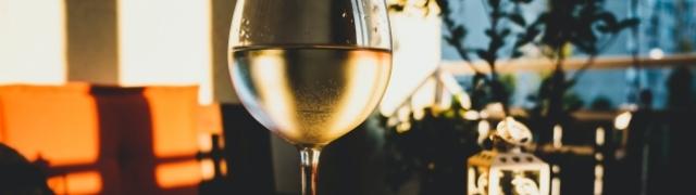 Vrhunsko vino Milan Pošip okupano zlatnim suncem dalmatinskog Kaštela