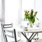 cvijeće u vazi stan stol blagavaona kuhinja interijer