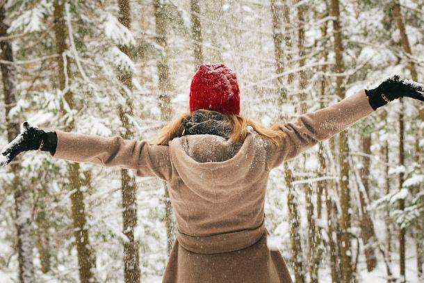 zima hodanje žena snijeg sreća