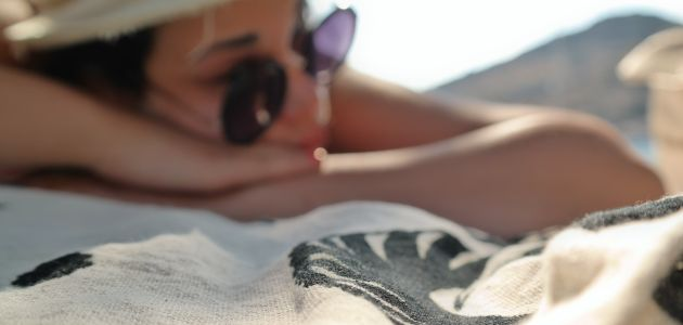 žena plaža sunčanje