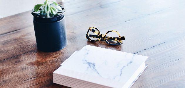 knjiga naočale stol interijer