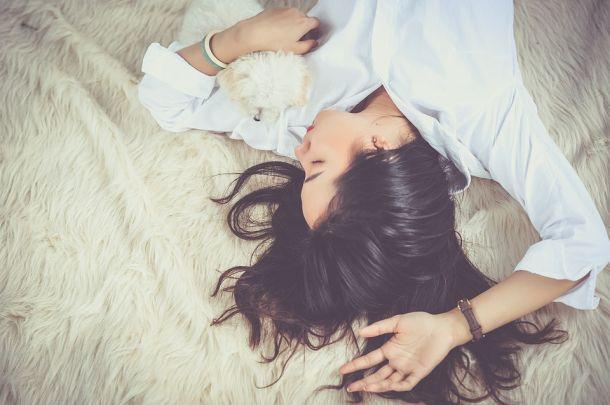 žena spavanje pas