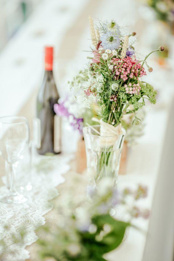 cvijeće stol vino
