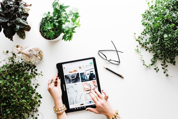 poslovna žena biljke tablet
