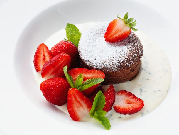 Topli čokoladni kolač s jagodama, krema od mente i vanilije