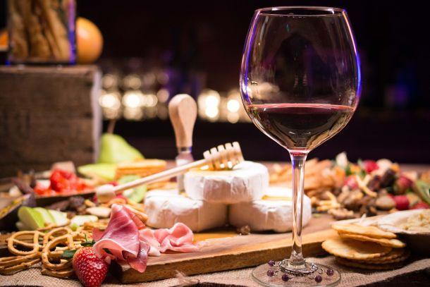 vino sir pršut hrana