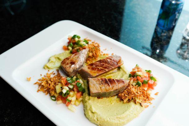 Tuna steak, guacamole, przeni luk, svjeza salsa