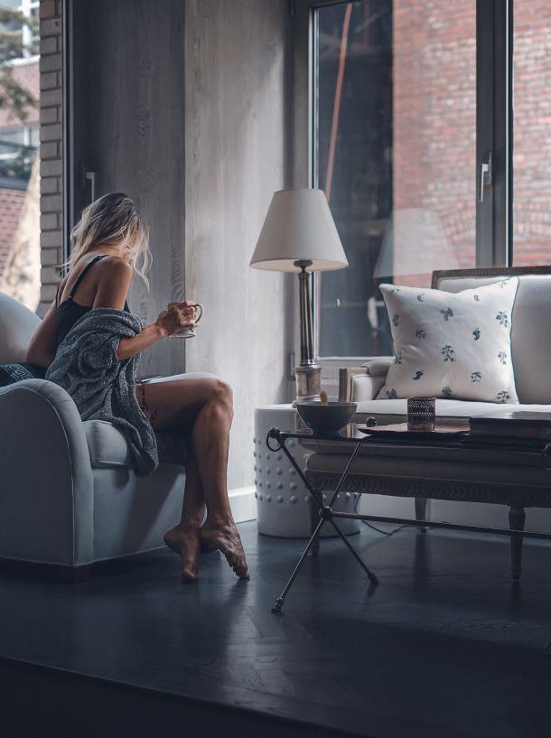 žena odmor kuća interijer