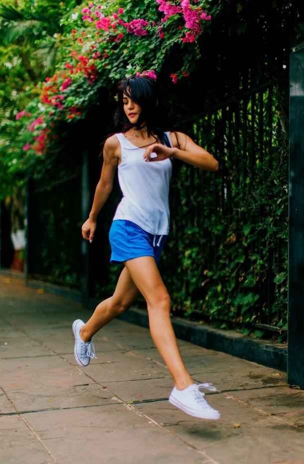 zena trci u tenisicama