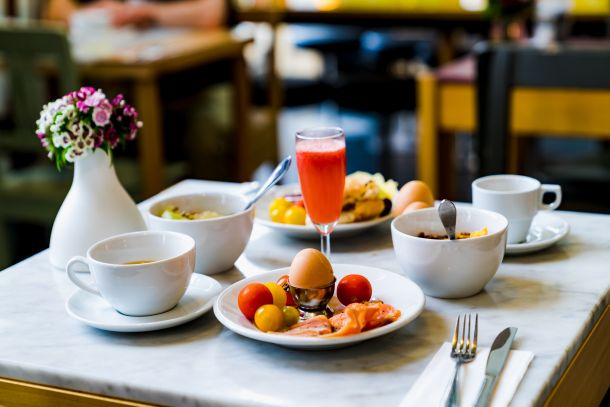 doručak hrana sok stol uskrs