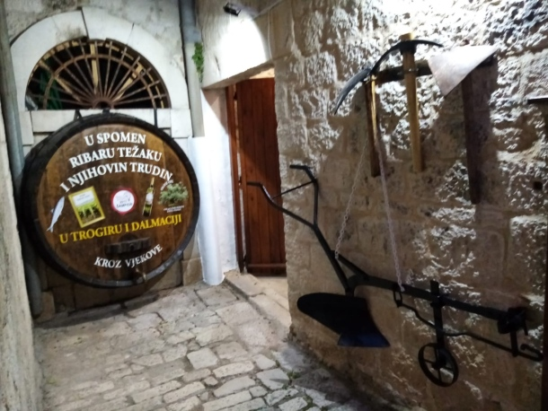 bacva putokaz za muzej u trogiru