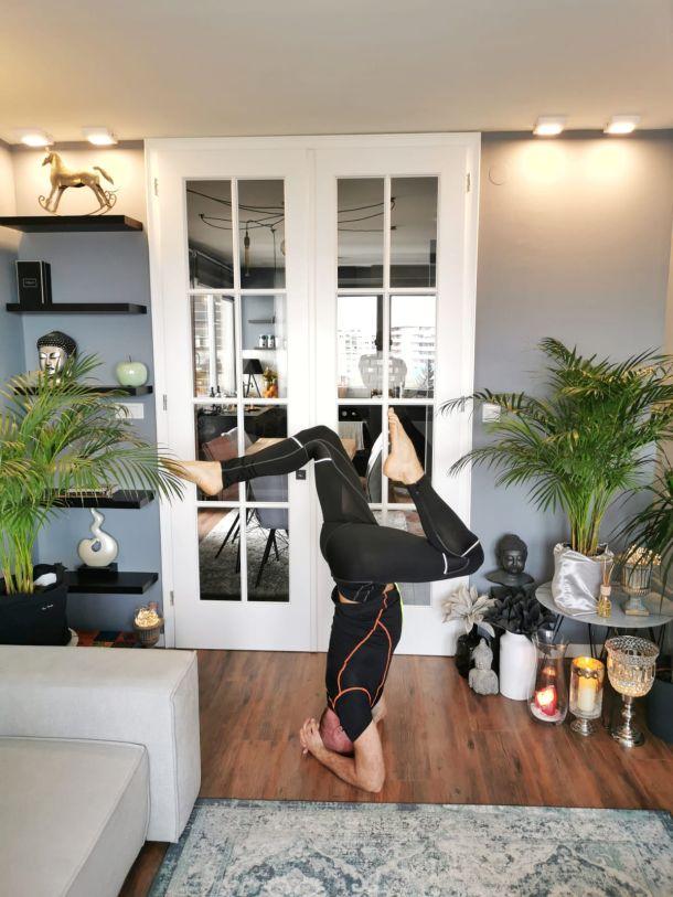 tomislav gojsic stoj na glavi joga