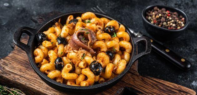 Puttanesca od srdela i rigatoni tjestenine – jedite u ljeti kao pravi Talijani