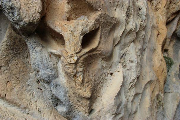 likovi u kamenu zmajeva spilja brac