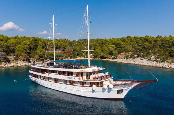poust na krstarenje jadranom brod paradise