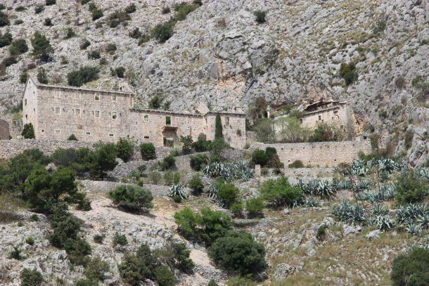 rusevine samostana otok brac selo murvice