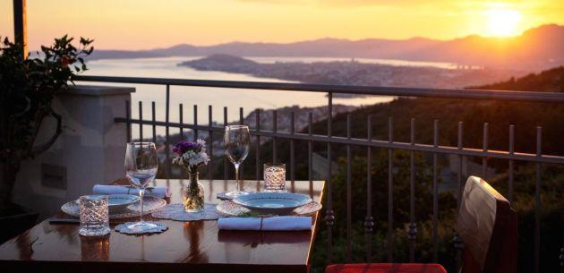 Okusi tradicionalne dalmatinske spize s pogledom na Split koji oduzima dah