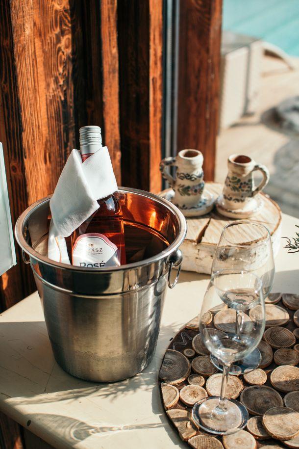 vino u vedrici butelja u kibli