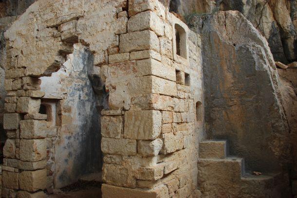 zidovi u glagoljaskoj pevini zmajeva spilja brac