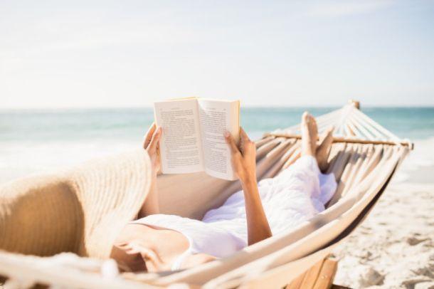 ljeto citanje more zena odmor